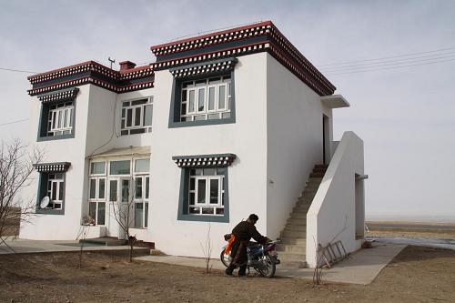 0年搬进了位于青海省海南州共和 宽太先利用定居点临近青海湖的优图片